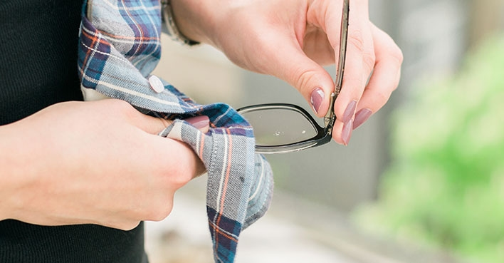 What are the mistakes people make when cleaning their eyeglasses?