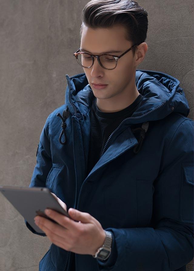 Homme avec EyeBuyDirect lunettes de protection écran numérique et tablette.