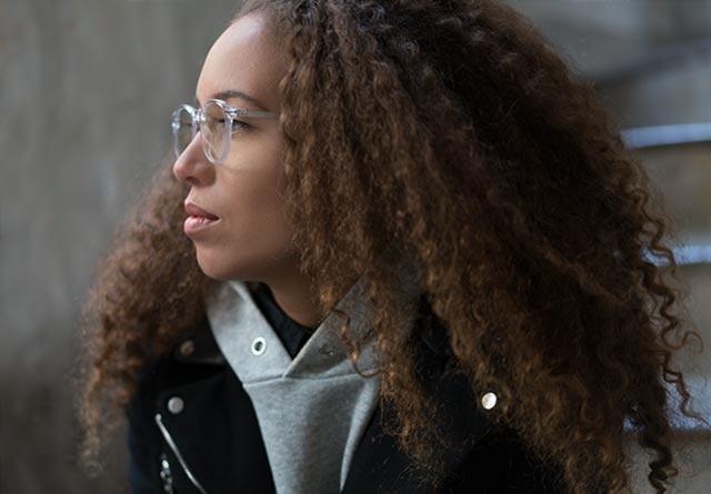 Femme avec des lunettes protection écran